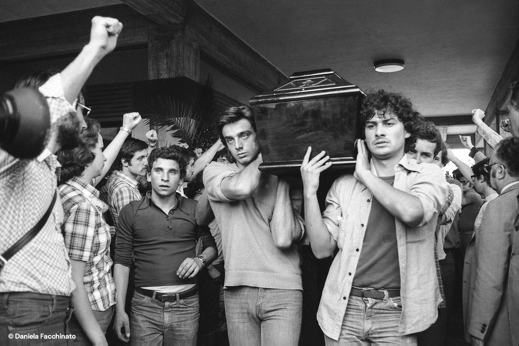"""Militants of """"Lotta Continua"""" greet the coffin of comrade Alceste. Reggio Emilia, 1975"""