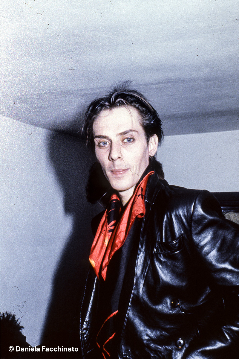 """Peter Murphy, leader of the Bauhaus band in the back stage of """"Punto a capo"""" Club. Bologna 1982"""