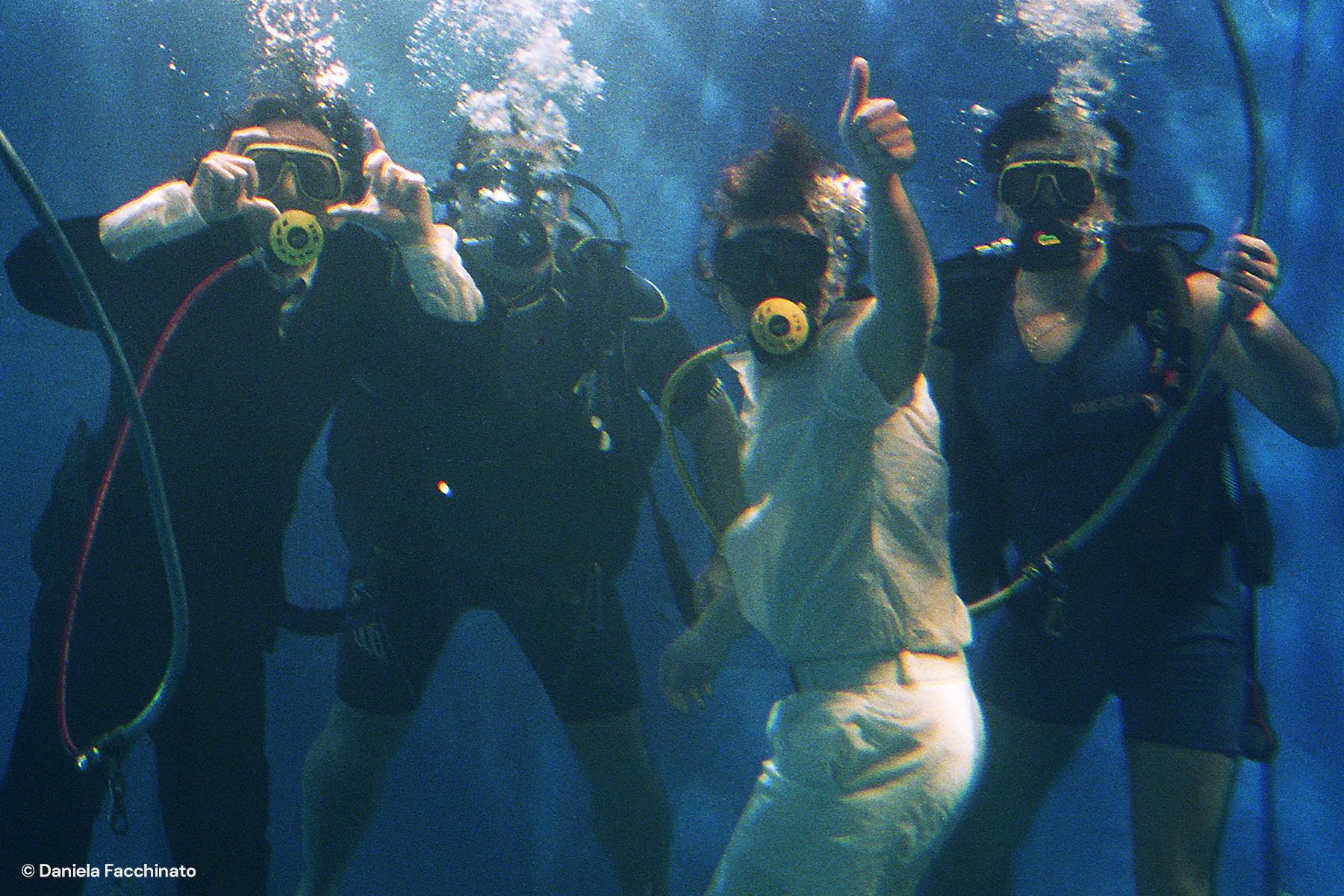 """Sergio Rubini and Fabrizio Bentivoglio with instructors in an underwater scene of """"Denti"""""""