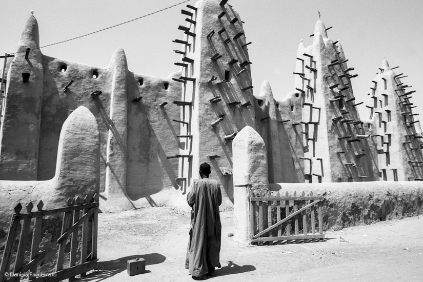The Geat Mosque of Djennè, the largest building in the world in adobe. Region of Mopti, Mali 1989