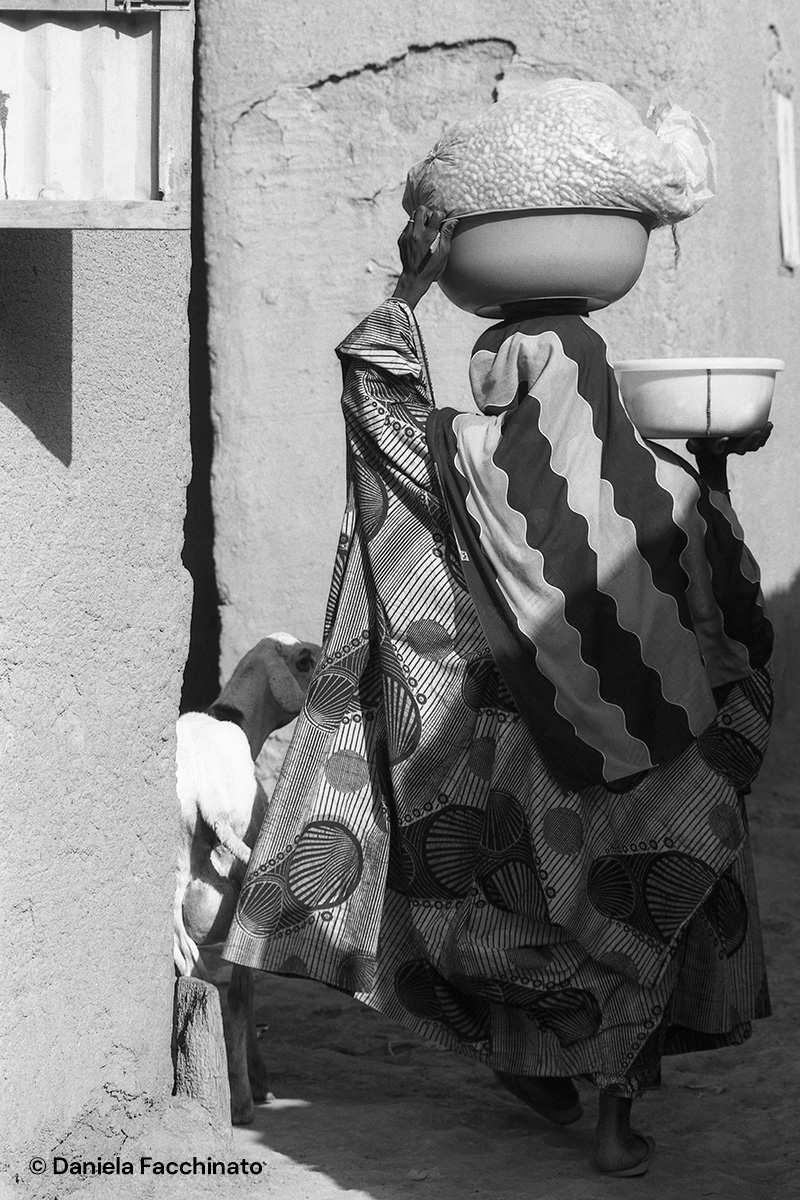 Djennè, Mali 1989. Woman coming home from the market